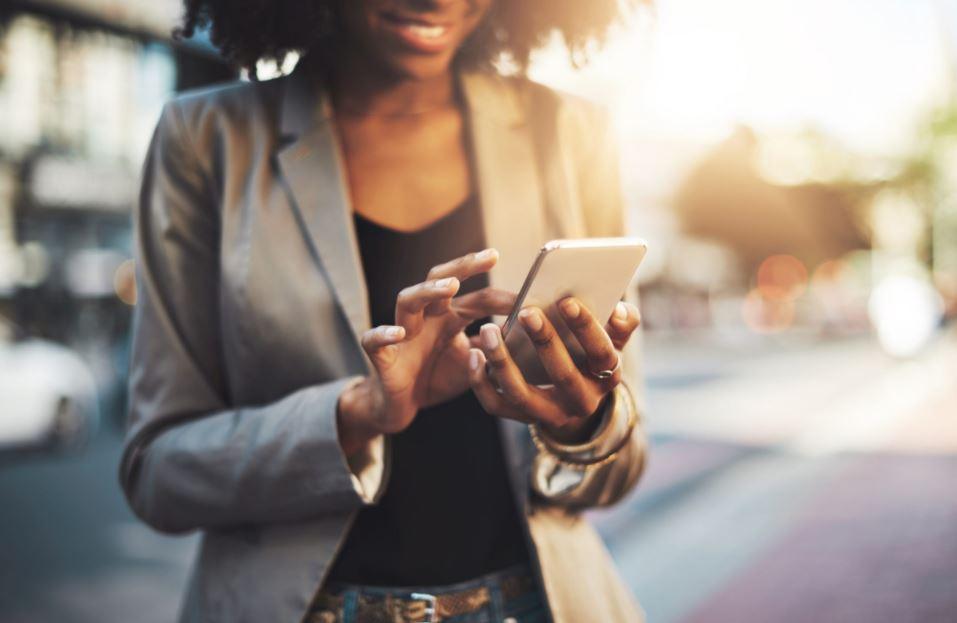 vrouw met smartphone onderweg
